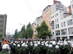 Demonstranten und Polizei in Kampfmontur in der St. Pauli Hafenstrasse.
