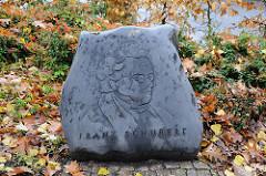 Franz Schubert Gedenkstein unter der Schubertlinde am Sasseler Marktplatz.