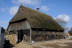Erlebnishof Burmester in Hamburg Moorfleet - alte Scheune mit Holzwänden und Reetdach.