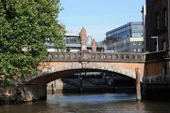 Hamburgfotos aus der Altstadt - Trostbrücke über das Nikolaifleet - Skulpturen St. Ansgar + Graf Adolf.
