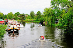 Boote auf der Dove-Elbe in Hamburg Curslack - Sportboothafen und Motorboote in Fahrt.