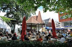 Eiscafé in der Rahlstedter Bahnhofstrasse - Tische auf der Terrasse an der Fussgängerzone.