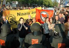 Anti Nazi Transparent Nazis raus Demonstranten im Stadtteil Eimsbüttel - Osterstrasse
