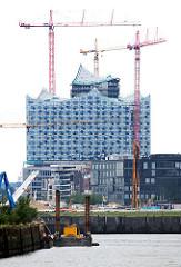 Blick über den Hamburger Baakenhafen zum Magdeburger Hafen - Baustelle der Elbphilharmonie.