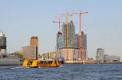 Baustelle der Elbphilharmonie in der Hamburger Hafencity - Hafenfähre auf der Norderelbe.