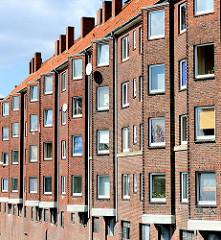 Fensterfront eines Wohnhauses am Mittelkanal in Hamburg Hamm - mehrstöckiges Klinkergebäude.