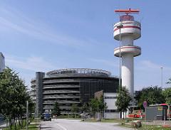 Radaranlage, Radarturm Hamburger Flughafen - Parkhaus auf dem Flughafengelände.