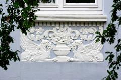 Fassadendekoration / Stuckdekor - Löwe mit Flügel - Greif, Löwe mit Adlerkopf und Flügeln, griechische Mythologie. Wohnhaus in Hamburg Winterhude, Sierichstrasse.