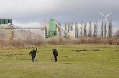 Gewerbegebiet in Hamburg Neuland - Hundeauslauffläche am Grossmoorring - Zementwerk und Windkraftanlage / Windrad.