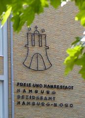 Hamburg Wappen und Beschriftung auf der Hausfassade - Freie und Hansestadt Hamburg  Bezirksamt Hamburg-Nord.
