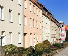 Nachkriegs-Wohnblocks in HH-Harburg, farbige Fassade.