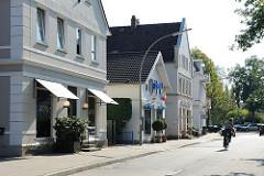 Geschäfte in historischer Architektur - Nienstedtener Martplatz.