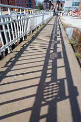 Schattenspiel des alten Dekorgeländers der Ericusbrücke - Bilder aus dem Hamburger Stadtteil HAFENCITY (2007)