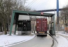 Ehemalige Grenzstation des Hamburger Freihafens in Hamburg Neuhof / Waltershof - es findet keine Zollkontrolle mehr statt - ein LKW mit Container passiert die ehem. Zollstation.