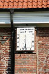 """Sonnenuhr an der Neuenfelder St. Pankratiuskirche - Römische Zahlen - Inschrift """"Ihr wisset weder Tag noch Stunde""""."""