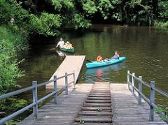 Mellingburger Schleuse an der Alster im Hamburger Stadtteil Wohldorf-Ohlstedt - Kanus werden am Steg angelandet - im Vordergrund die Treppenanlage, um das Kanu umzutragen.