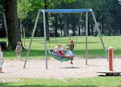 Kinderspielplatz im Volkspark an der grossen Wiese in Hamburg Bahrenfeld - Gerüst mit Schaukel.