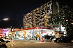 Esso-Tankstelle an der Reeperbahn - die Tankstelle sowie die beiden dahinter liegenden Hochhäuser sollen abgerissen werden. Die Bewohner und Anwohner wehren sich gegen diese Vorhaben.