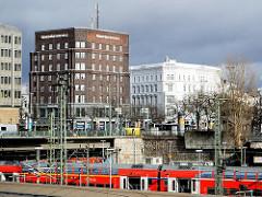 Blick über die Eisenbahngleis zum Steintorplatz - Hotelgebäude im historischen Klockmannhaus.