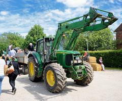 Gut Wulksfelde - Bauernmarkt; Treckerfahrt mit Anhänger.