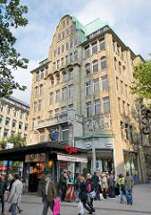 Imbiss an der Mönckebergstrasse, Eingang U-Bahnstation; Fassade vom Geschäfthaus / Kontorhaus Barkhof. Erbaut 1910 - Architekt Franz Bach