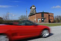 Rotes Cabriolet auf der Elbstrasse - Windmühle.