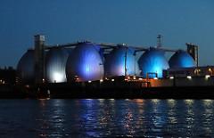 Nachtaufnahme Faultürme am Köhlbrand, blaue Beleuchtung Klärwerk - Hamburger Wasserwerke - Steinwerder.