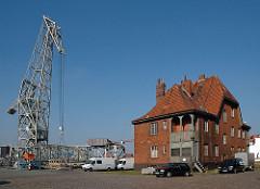Hafengebäude Kleiner Grasbrook - Schwimmkran der HHLA im Hansahafen am Bremer Kai. Industriearchitektur im Hamburger Hafen.