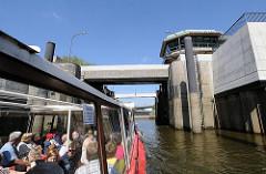 Einfahrt in die Brandshofer Schleuse vom Oberhafenkanal. Fotos aus Hamburgs Stadtteilen.