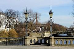 Historische Laternen auf der Schwanenwikbrücke - im Hintergrund die Mundsburger Damm Brücke.
