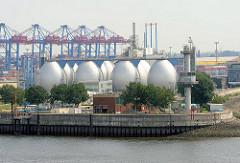Silberne Faultürme - Klärwerk Hamburg Köhlbrand - Stadtteil Steinwerder; grosse silbern Eier am Ufer der Elbe.