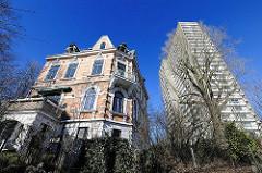 Historisches Wohngebäude und modernes Hochhaus - Elbufer Stadtteil Altona-Altstadt.