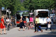 Hamburger Innenstadt, Einkaufsstrasse Mönckebergstrasse. Passanten überqueren die Strasse - Autobus der HHA.