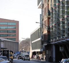 Moderne Hamburger Architektur - Hafenrandbebauung in Altona, Strassenverkehr.
