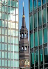 Kirchturm der St. Katharinenkirche zwischen den Glasfassaden zweier Bürohochhäuser an der Willy Brandt Strasse im Stadtteil Hamburg Altstadt.