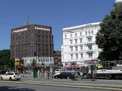 Hamburg St. Georg - Blick über die Adenauerallee zum Steindamm - Historisches weisses Gebäude Hotel Graf Moltke und Klinkerkubus Klockmannhaus (2008) ; errichtet 1925 - Architekten Klophaus, Schoch zu Putlitz / steht unter Denkmalschutz.