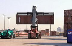 Reach Stacker mit Container - Containertransport auf dem HHLA Terminalgelände O'swaldkai.