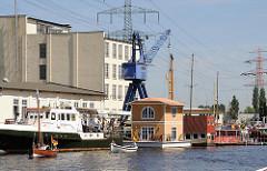 Hausboot im Harburger Binnenhafen - Lotsekanal - historischer Kran