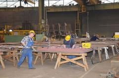 Arbeiter in der Montagehalle - Sietas Werft Hamburg Neuenfelde.