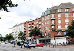 Mehrstöckige Wohngebäude an der Fruchtallee in Hamburg Eimsbüttel - Eingang U-Bahnstation Emilienstrasse.