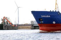 Bug des Frachters DANUBIA auf der Süderelbe vor Hamburg Waltershof - im Hintergrund die schon teilweise mit Sand verfüllte Schleusenkammer der Rugenberger Schleuse.