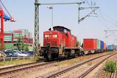 Güterzug mit Containern beladen im Hamburger Hafen - im Hintergrund das Heck eines Frachtschiffs mit Containern am Kai des Terminals EUROGATE.