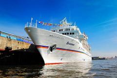 Schiffsbug des Passagierschiffs Bremen - das Kreuzfahrtschiff liegt am Terminal in der Hamburger Hafencity.