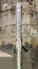 Wasserstandsanzeige - Pegelanzeige an der Schleuse Rugenberger - Bilder aus dem Hamburger Stadtteil Waltershof.