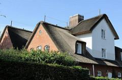 Hausgiebel mit Erker eines Reetdachhauses im Hamburger Stadtteil Süllberg.