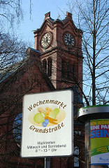 Schild Wochenmarkt in der Grundstrasse - Kirchturm der  Apostelkirche