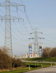 Hochspannungsleitungen mit Masten, Überlandleitungen in Moorburg - Kattwykbrücke.