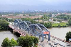 Blick auf die Norderelbbrücken - Strassenbrücke über die Elbe bei Hamburg Veddel. Im Hintergrund die typische Veddeler Architektur der 1920er Jahre - Klinkerwohnblocks.