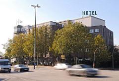 Hauptverkehrsstrassen Hamburg - Woehlerstrasse - Hotel und Strassenverkehr.