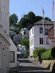 Strasse mit Wohnhäusern im Elbvorort Hamburg Blankenese.
